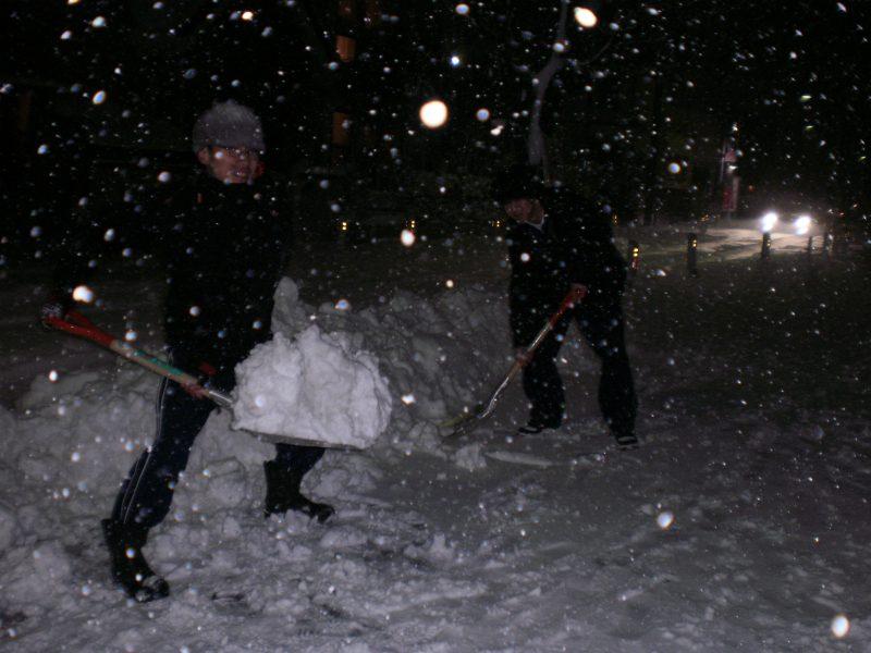 暗くなるまで雪かきを頑張りました!