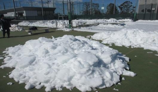 テニスコート雪かきの様子